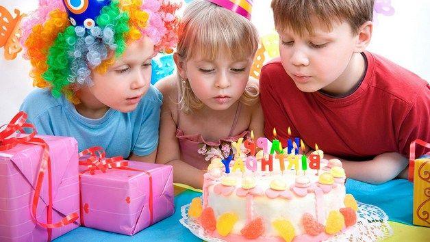 Дети задувают свечи на торте