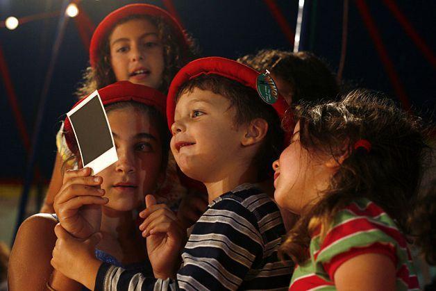 Дети рассматривают фотографию