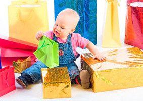 Маленький ребенок с подарками