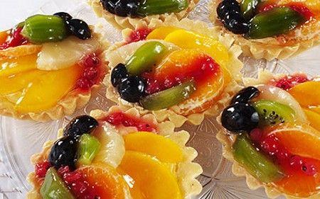 В качестве начинки для тарталеток можно использовать мясные или рыбные фарши, паштеты, овощные и фруктовые салаты.