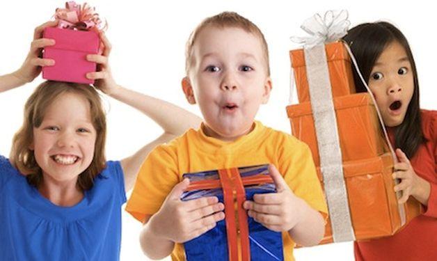 Девочки и мальчики с подарками